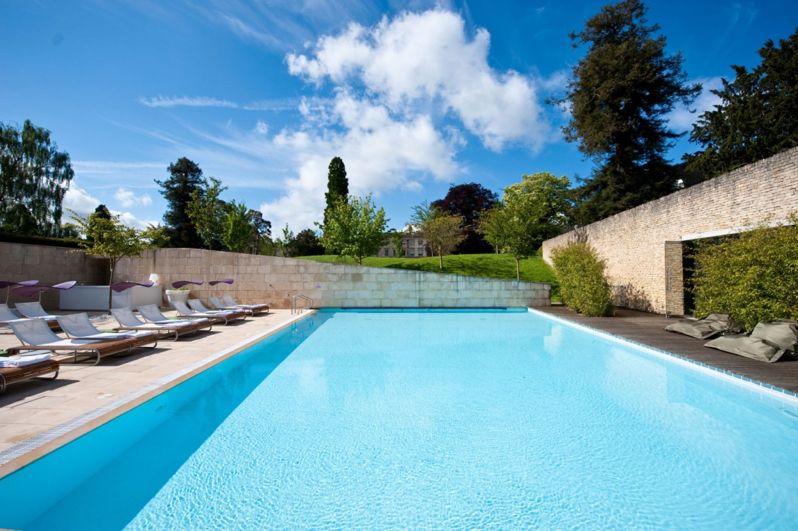 Hotel color cowley manor en angleterre for Couvrir piscine exterieure