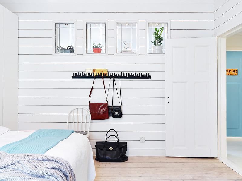 copenhague-appartement-vintage-chambre-lit-parquet-cadres-10