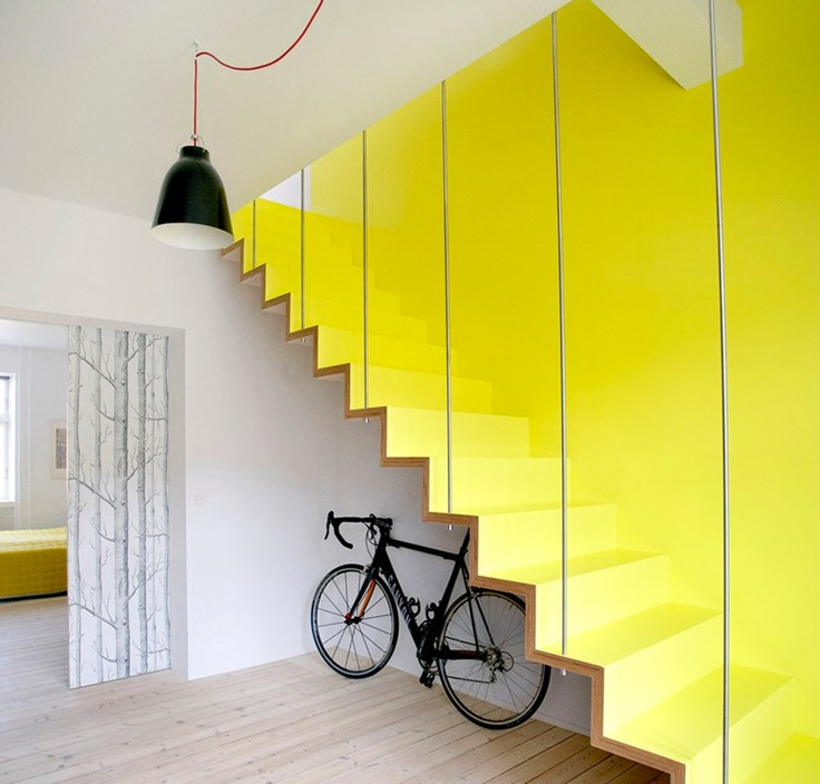 Montee escalier bois jaune design contemporaine velo 2 for Montee escalier bois