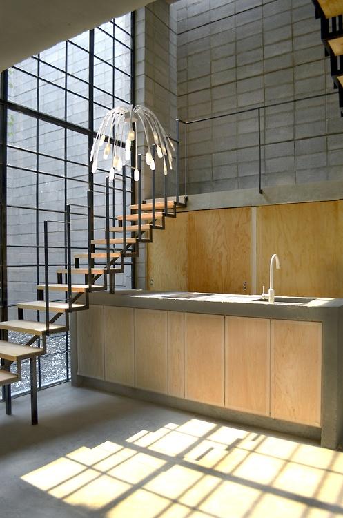 montee-escalier-loft-acier-noir-bois-design-contemporaine-3