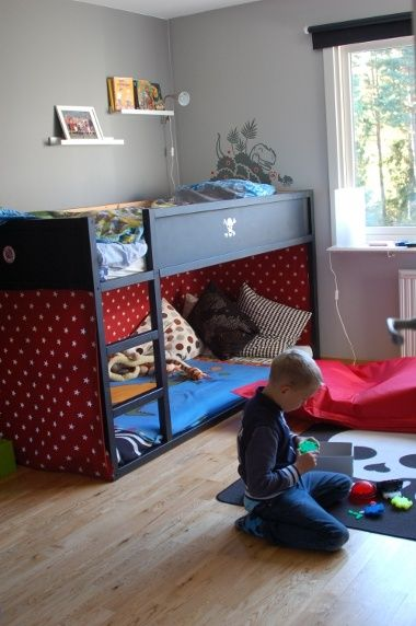 une chambre d 39 enfants deux lits. Black Bedroom Furniture Sets. Home Design Ideas