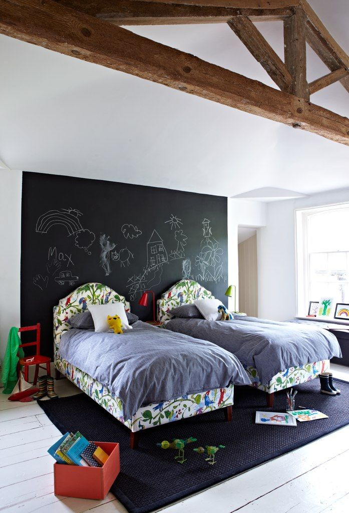 une chambre d 39 enfants deux lits. Black Bedroom Furniture Sets. Home Design Ideas