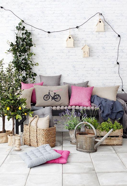 Terrasse patio 8 inspiration deco exterieur blanc rose coussins - Terras deco ...