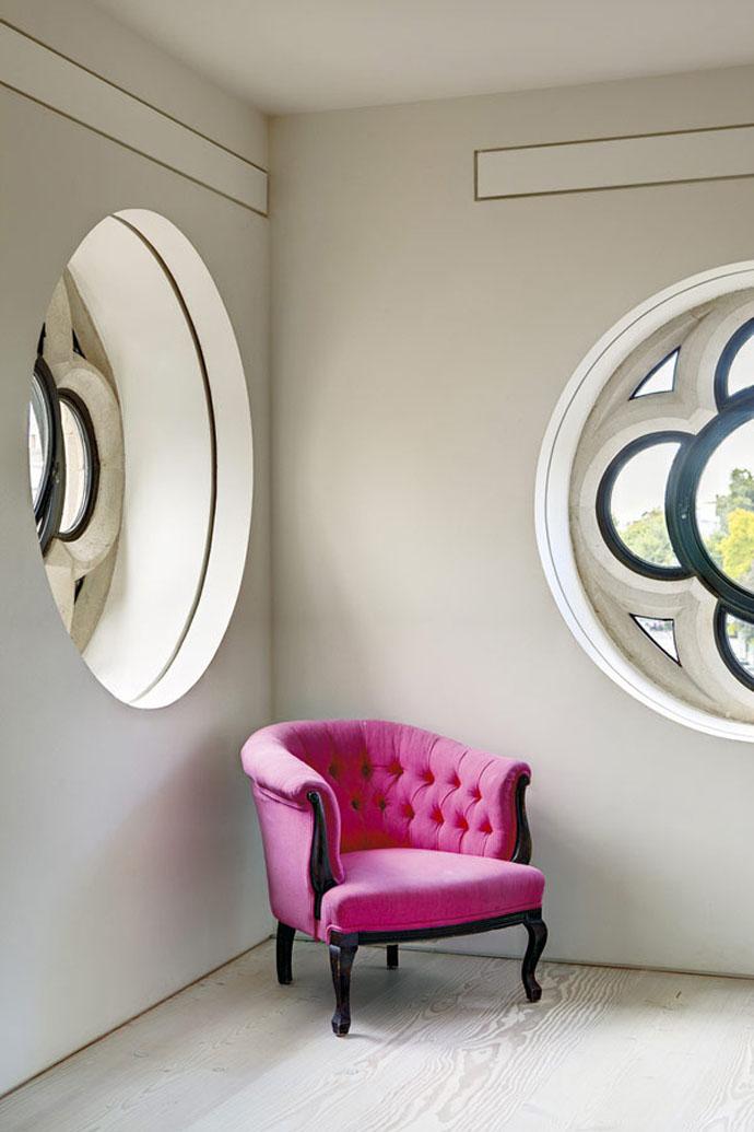 fauteuil-fushia-lucarne-ronde