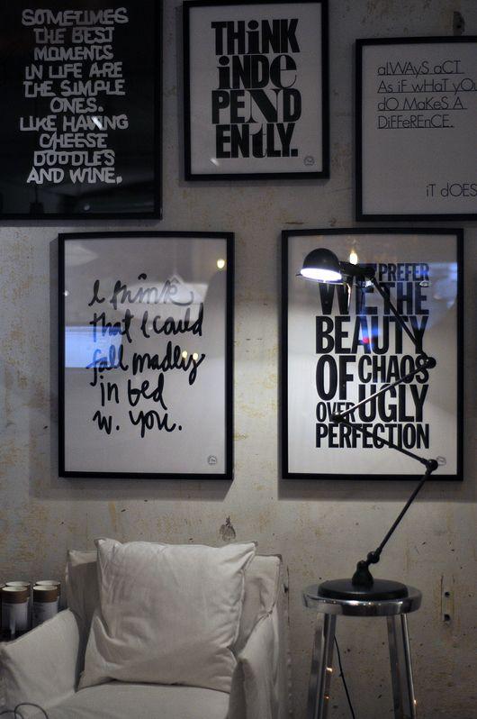 mur-cadres-texte-noir-blanc