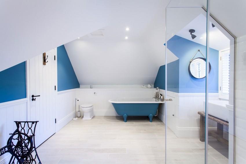 Salle bains sous combles bleu blanc - Salle de bain sous comble ...