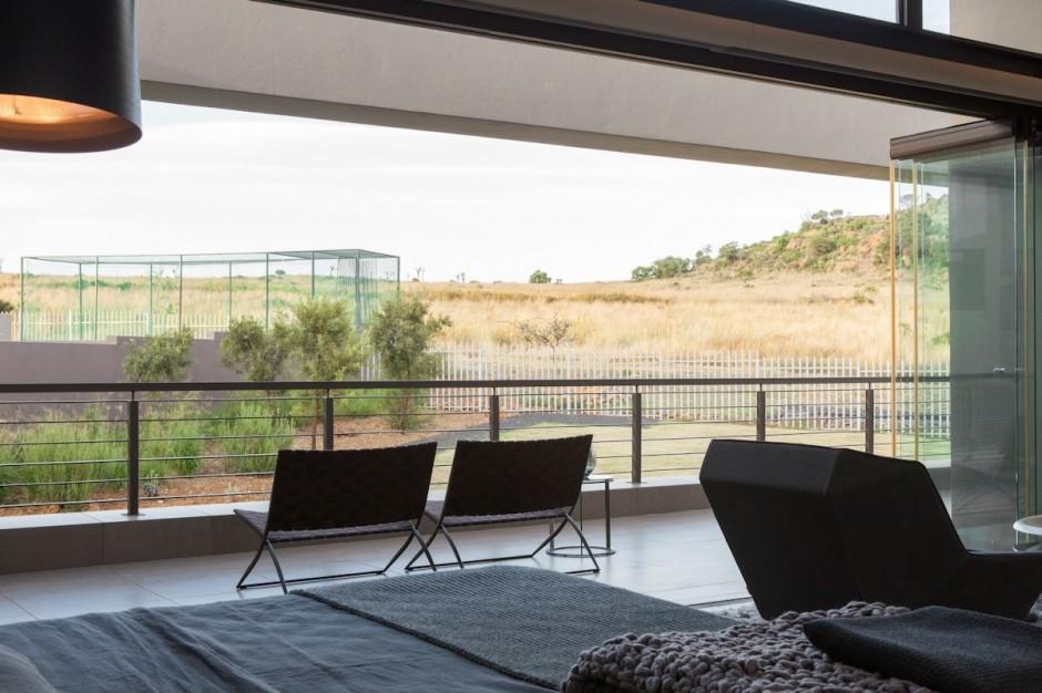 villa contemporaine chambre balcon sur piscine. Black Bedroom Furniture Sets. Home Design Ideas