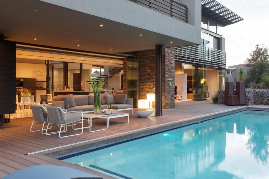 villa-contemporaine-terrasse-bois-piscine