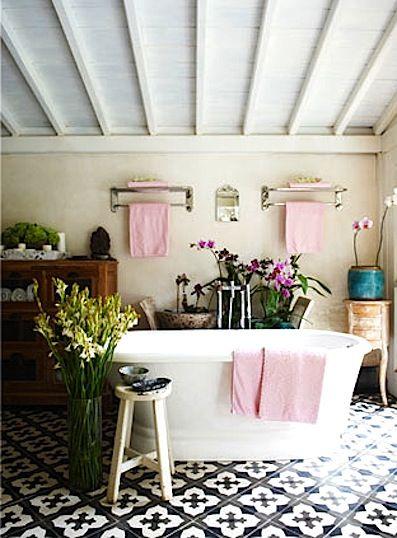 Carrelage mosaique salle bains noir blanc for Carrelage rose salle de bain