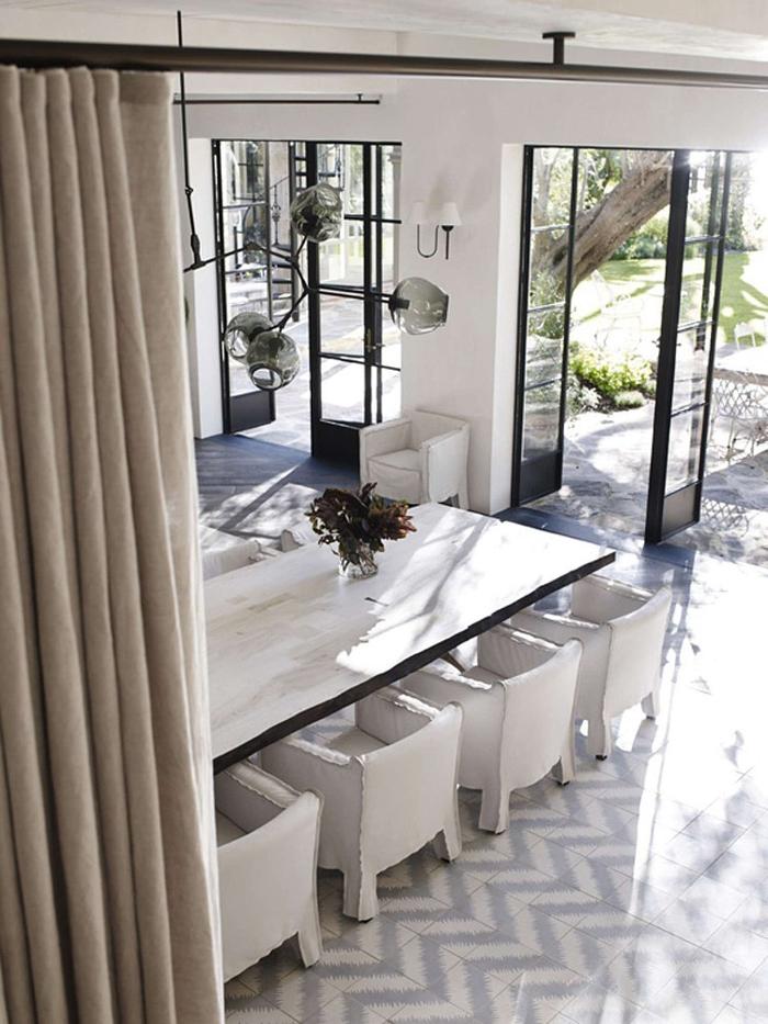 maison-deco-design-baies-vitrees-table-carrelage-fresque