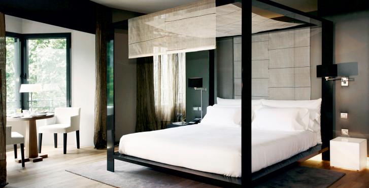 Hotel design barcelone chambre lit baldaquins for Hotel design a barcelone