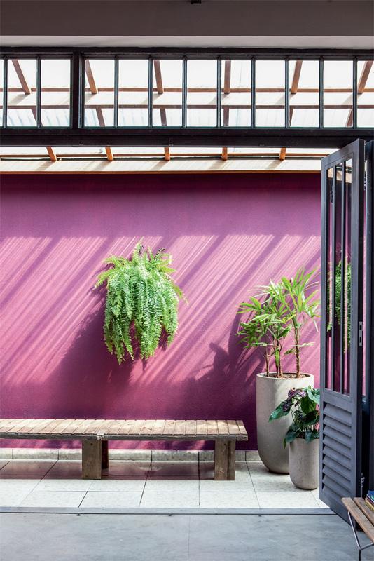 mur-exterieur-peint-violet.jpg