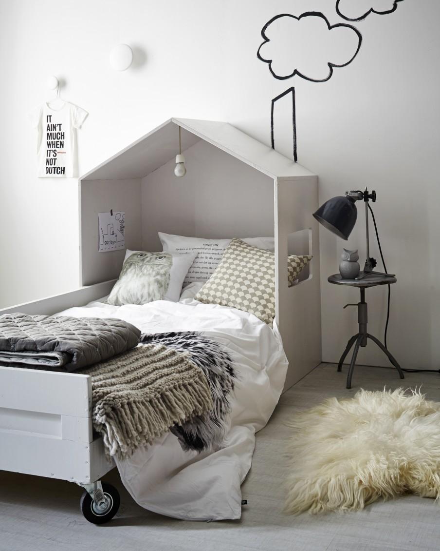 Maison en bois dans une chambre d 39 enfant for Position lit dans une chambre