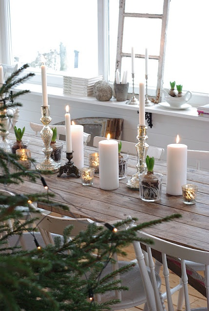inspiration-decoration-table-noel-traditionnelle-bougies-dore-blanc