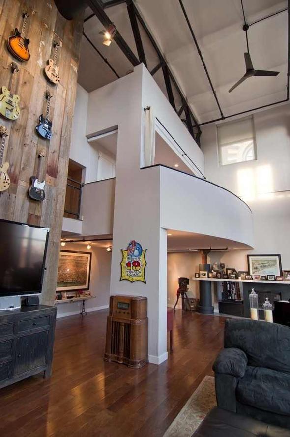 loft renove mur briques apparentes parquet mur guitares mezzanine bar. Black Bedroom Furniture Sets. Home Design Ideas