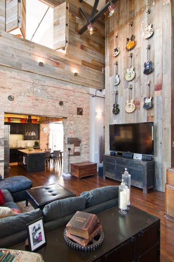 Loft rénové avec mezzanine et hauts plafonds à l\'esprit rock.