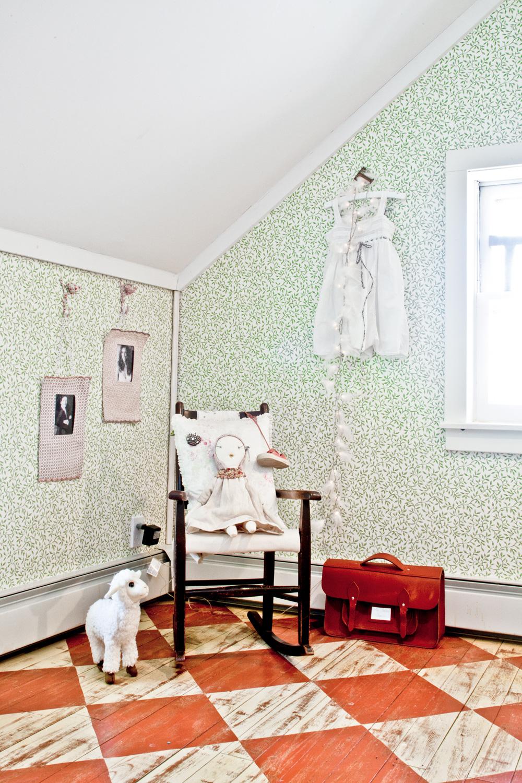 maison renovee design deco champetre chambre tapisserie imprimee parquet. Black Bedroom Furniture Sets. Home Design Ideas