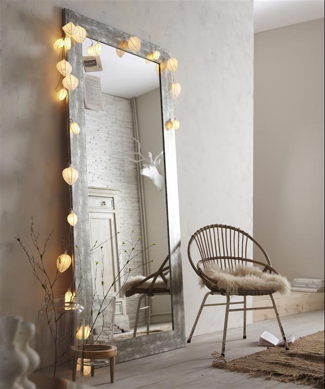 miroir-argenté-lanterne-fauteuil-parquet-