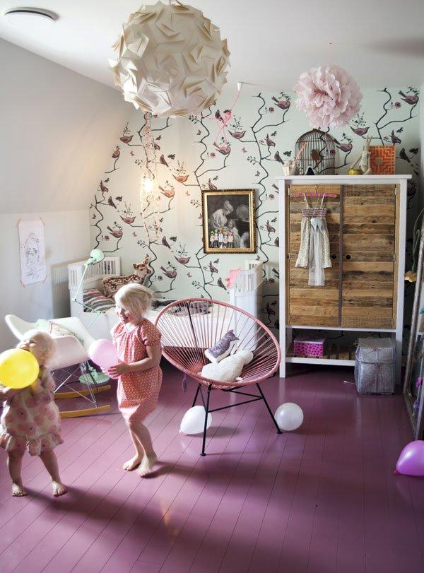 chambre fille mur fleuri parquet peint. Black Bedroom Furniture Sets. Home Design Ideas