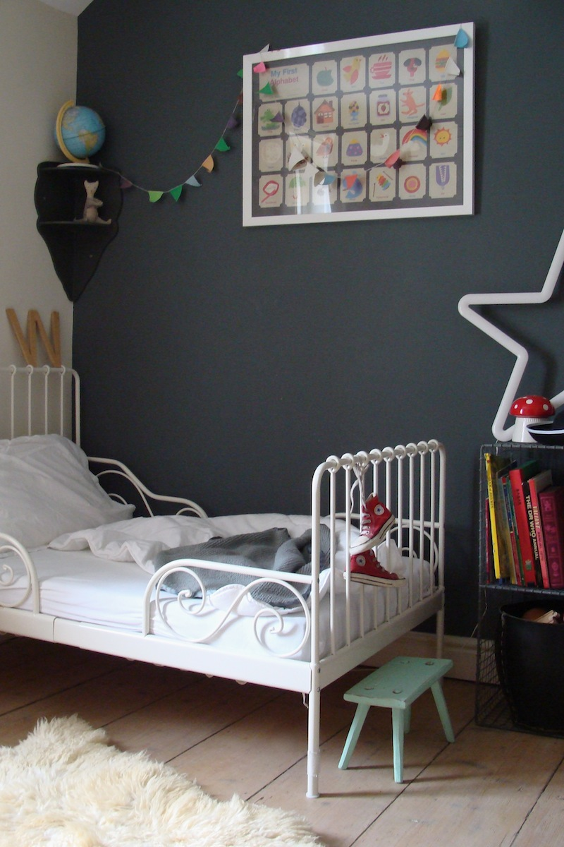 chambre pour enfant mur gris fonce. Black Bedroom Furniture Sets. Home Design Ideas