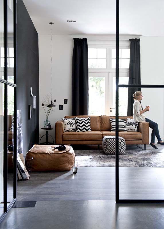 Mur peint noir interieur design canape cuir vintage camel for Interieur design canape