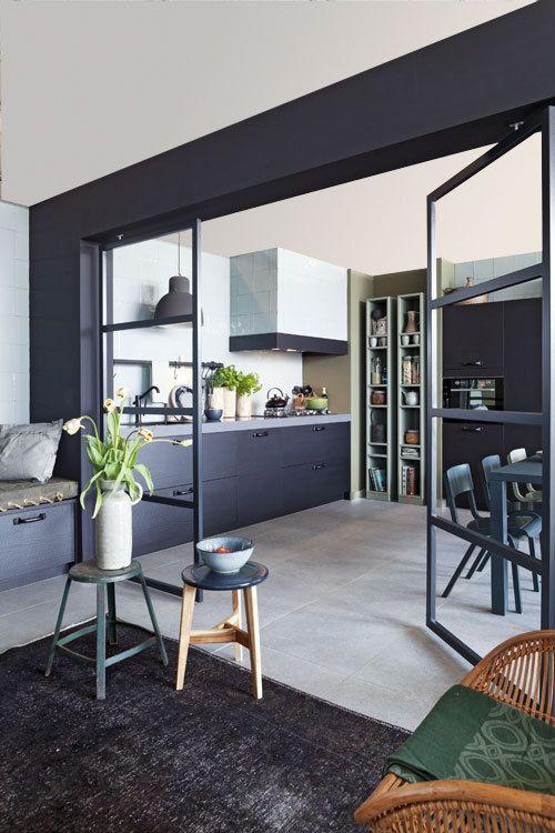 mur-peint-noir-interieur-design-cuisine-equipee