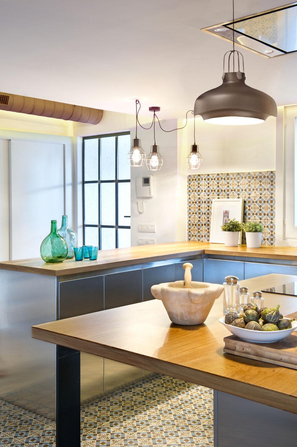suspension industrielle cuisine inox et bois. Black Bedroom Furniture Sets. Home Design Ideas