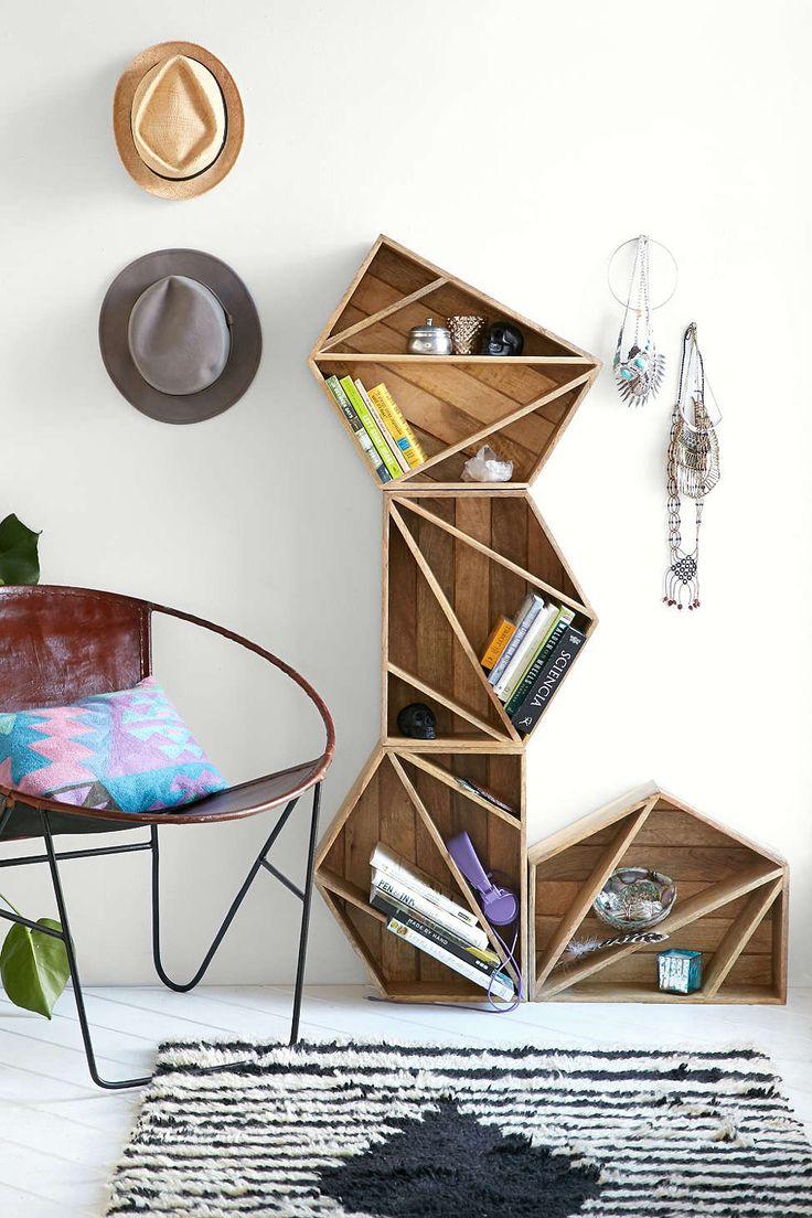 bibliotheque-geometrique-bois-design-fauteuil-metal-vintage-coussin-imprime-ethnique-coloré