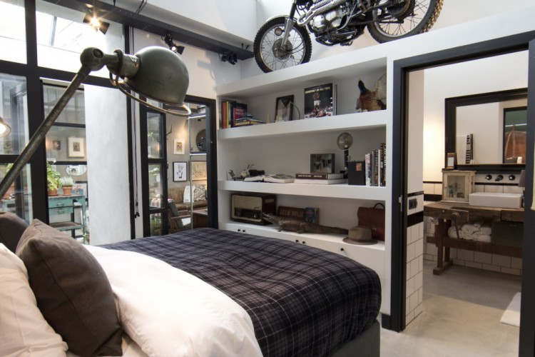 Chambre avec une salle de bains dans un loft