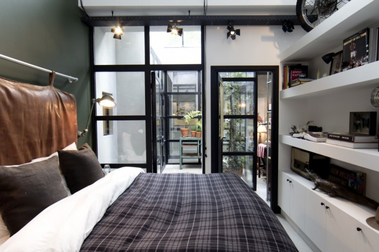 chambre dans un loft avec une verri re. Black Bedroom Furniture Sets. Home Design Ideas