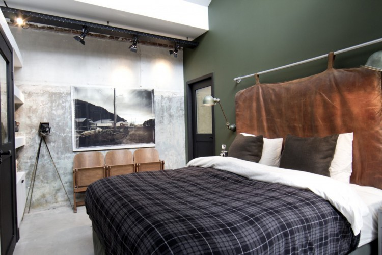 Chambre à la décoration masculine dans un loft