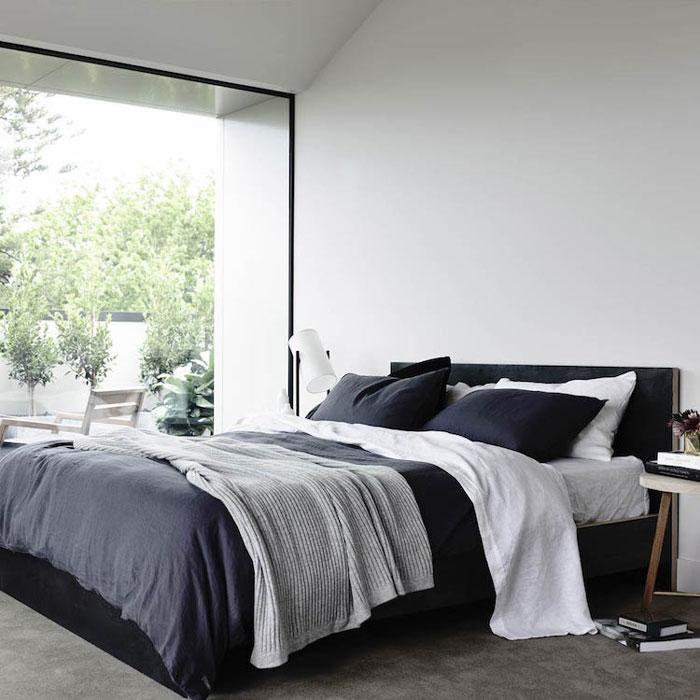 d co pur e d 39 une chambre en noir et blanc. Black Bedroom Furniture Sets. Home Design Ideas