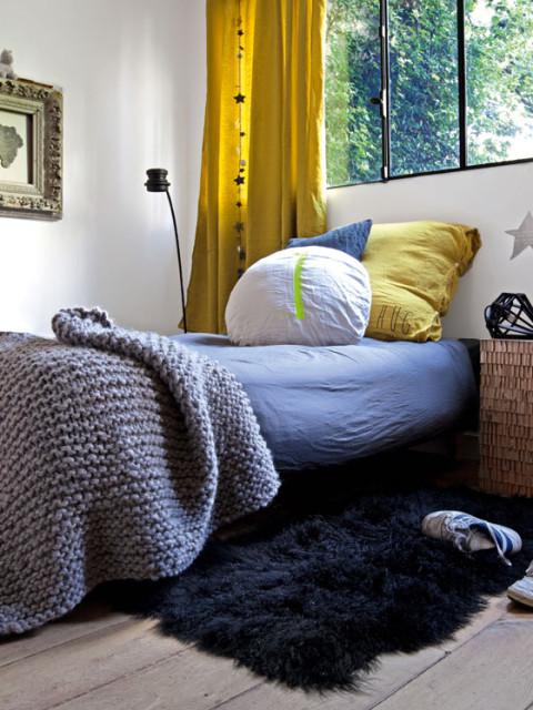 chambre-adolescent-design-parquet-chene-coussins-rideaux-jaunes