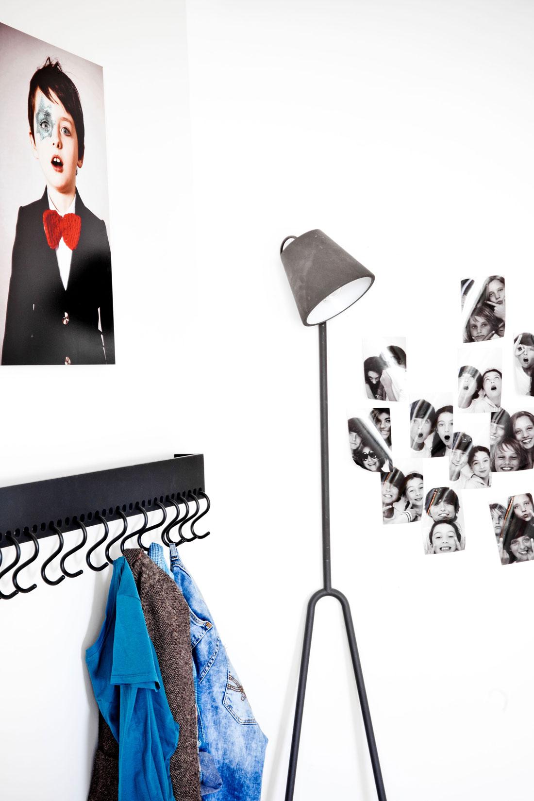 chambre-adolescent-design-parquet-chene-porte-manteau-fer-noir-lampe-style-industriel-photos-noir-blanc