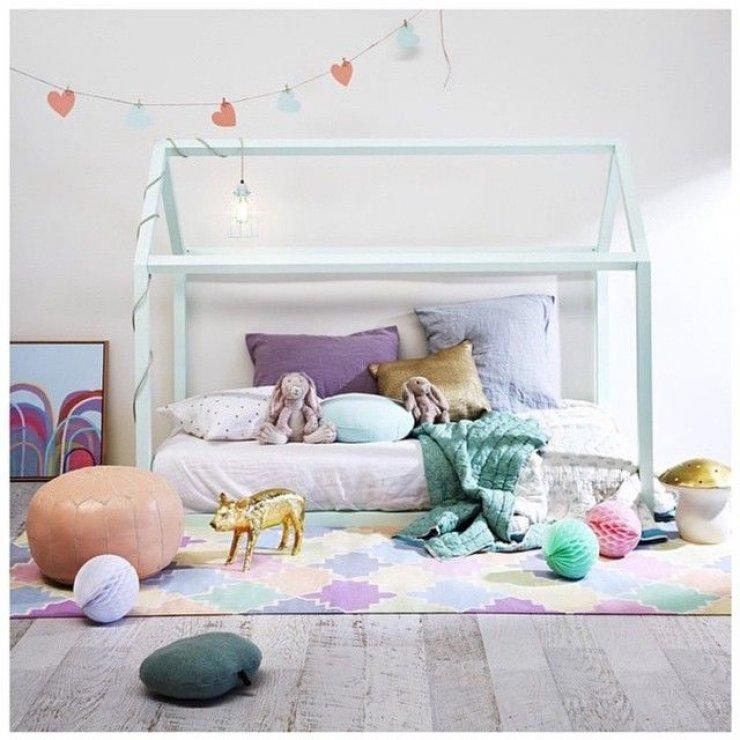 lit-cabane-bleu-pastel-pouf-oriental-cuir-lanternes-papier-parquet-tapis-imprime