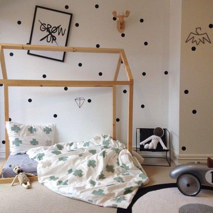 lit-cabane-bois-inspiration-scandinave-coussins-papier-peint-a-pois-noir-blanc-chaise-design