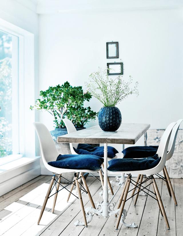 salle à manger avec des chaises Eames