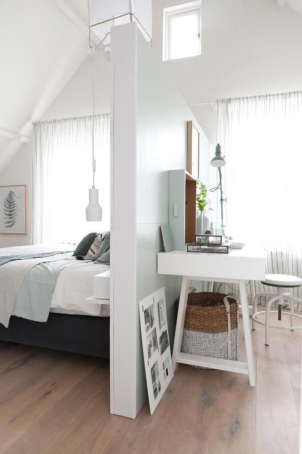 Décoration lumineuse dans une chambre sous combles