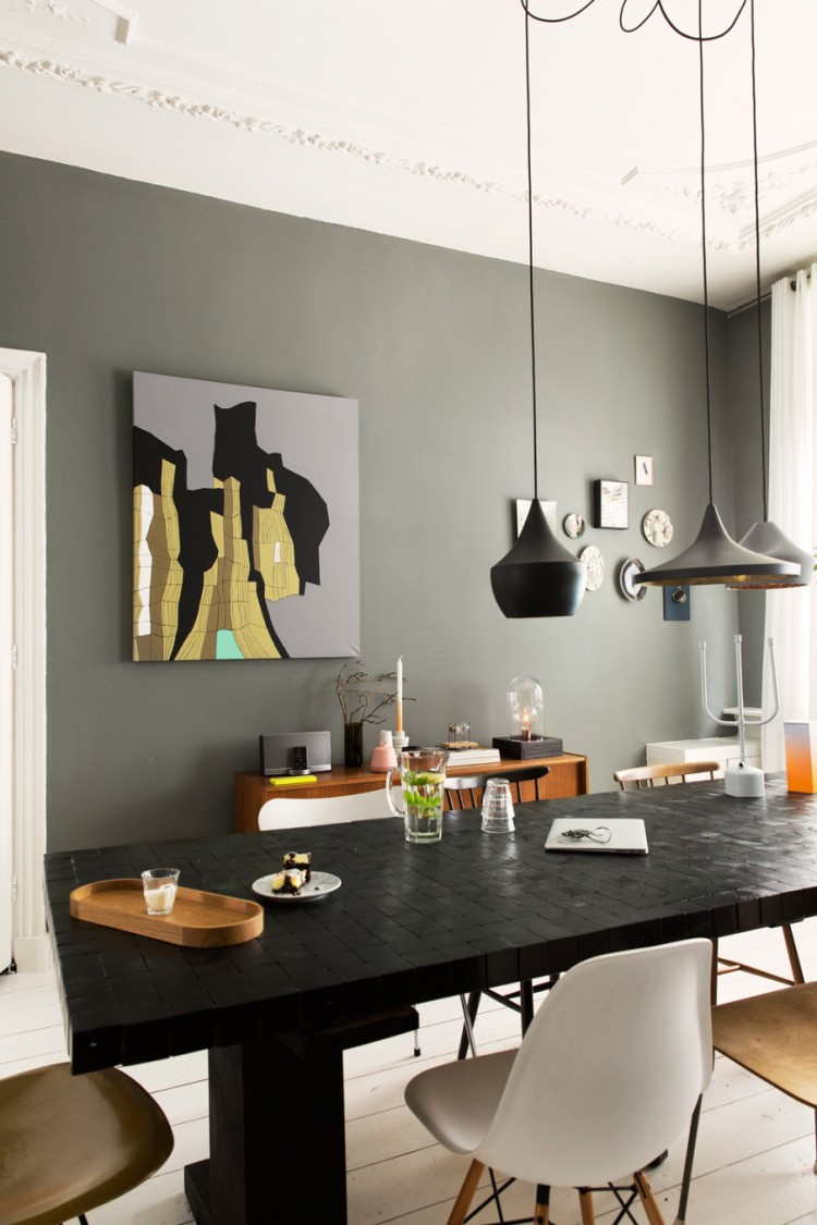 salle manger avec des suspensions noir et dor tom dixon. Black Bedroom Furniture Sets. Home Design Ideas
