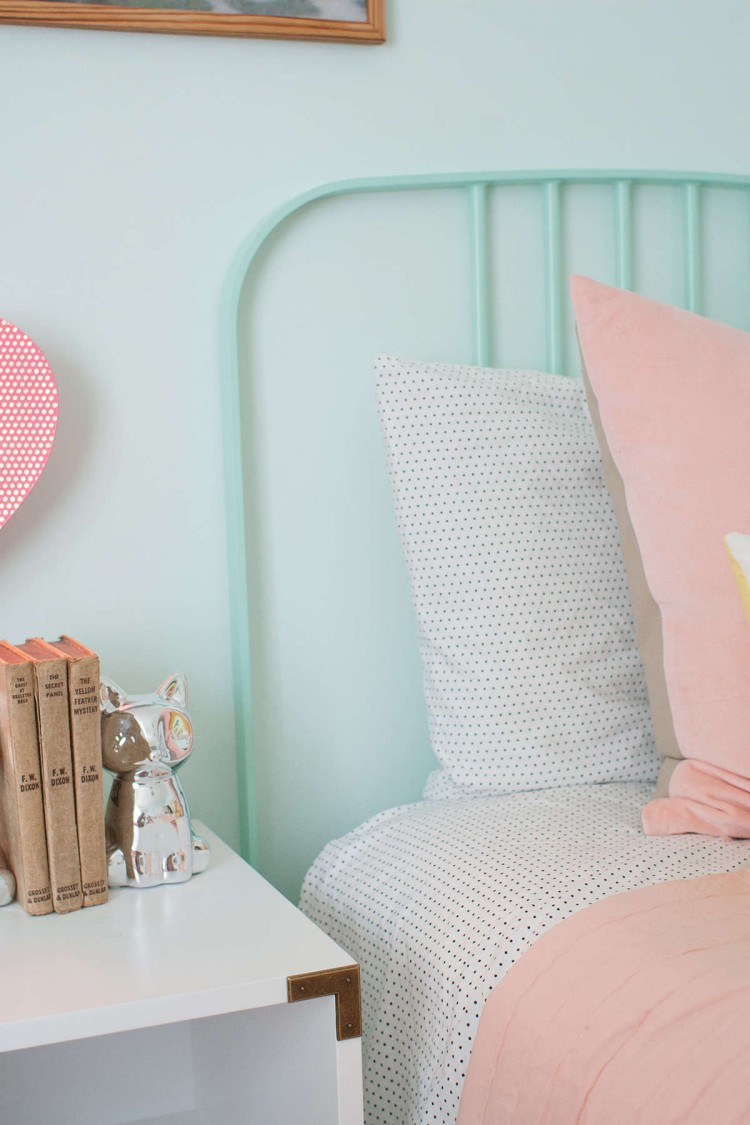 Déco d'une chambre avec un lit à barreaux