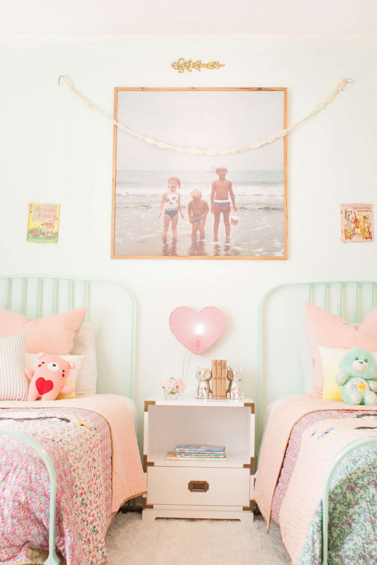 chambre d 39 enfant avec des photos vintage. Black Bedroom Furniture Sets. Home Design Ideas