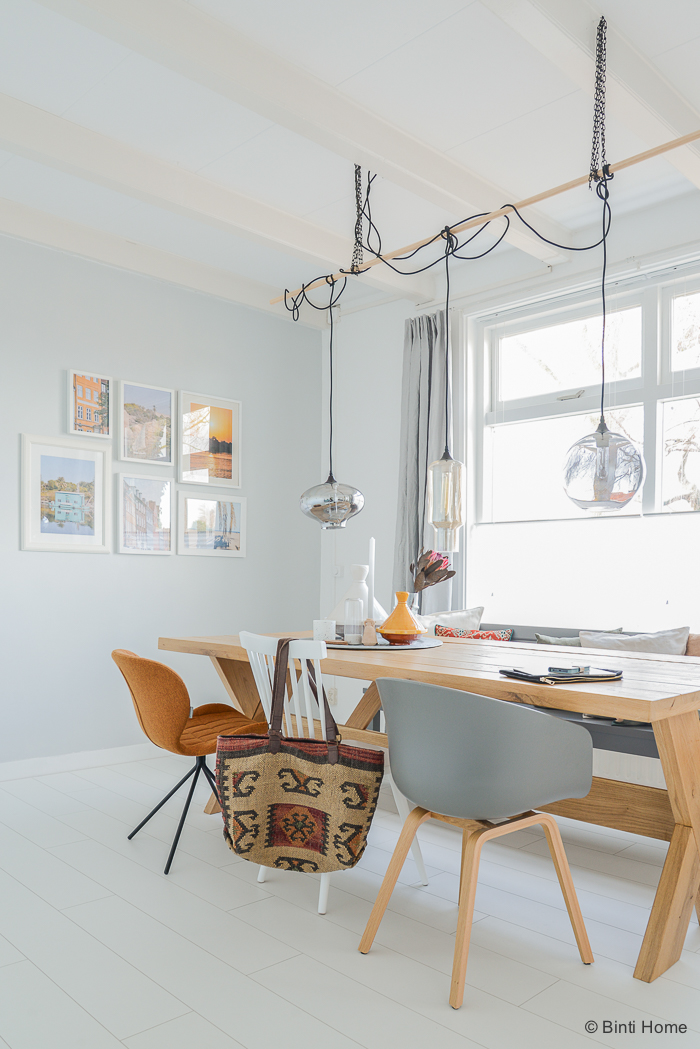 Salle à manger avec du bois et des teintes pastel