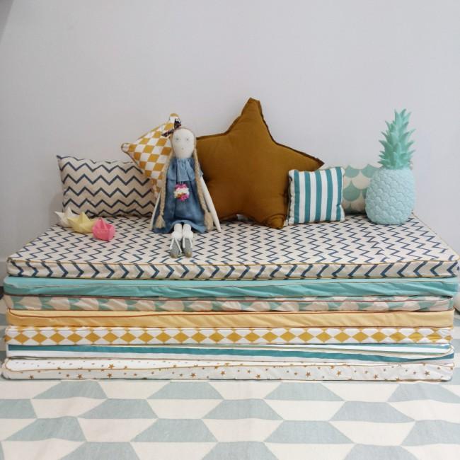 coin lecture avec des matelas et des coussins. Black Bedroom Furniture Sets. Home Design Ideas