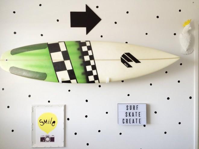 d co d 39 une chambre d 39 enfant avec une planche de surf. Black Bedroom Furniture Sets. Home Design Ideas