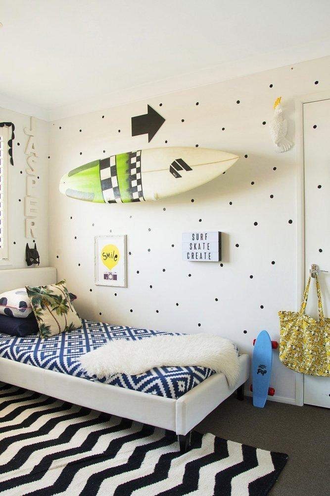 Déco d'une chambre pour garçon en noir et blanc
