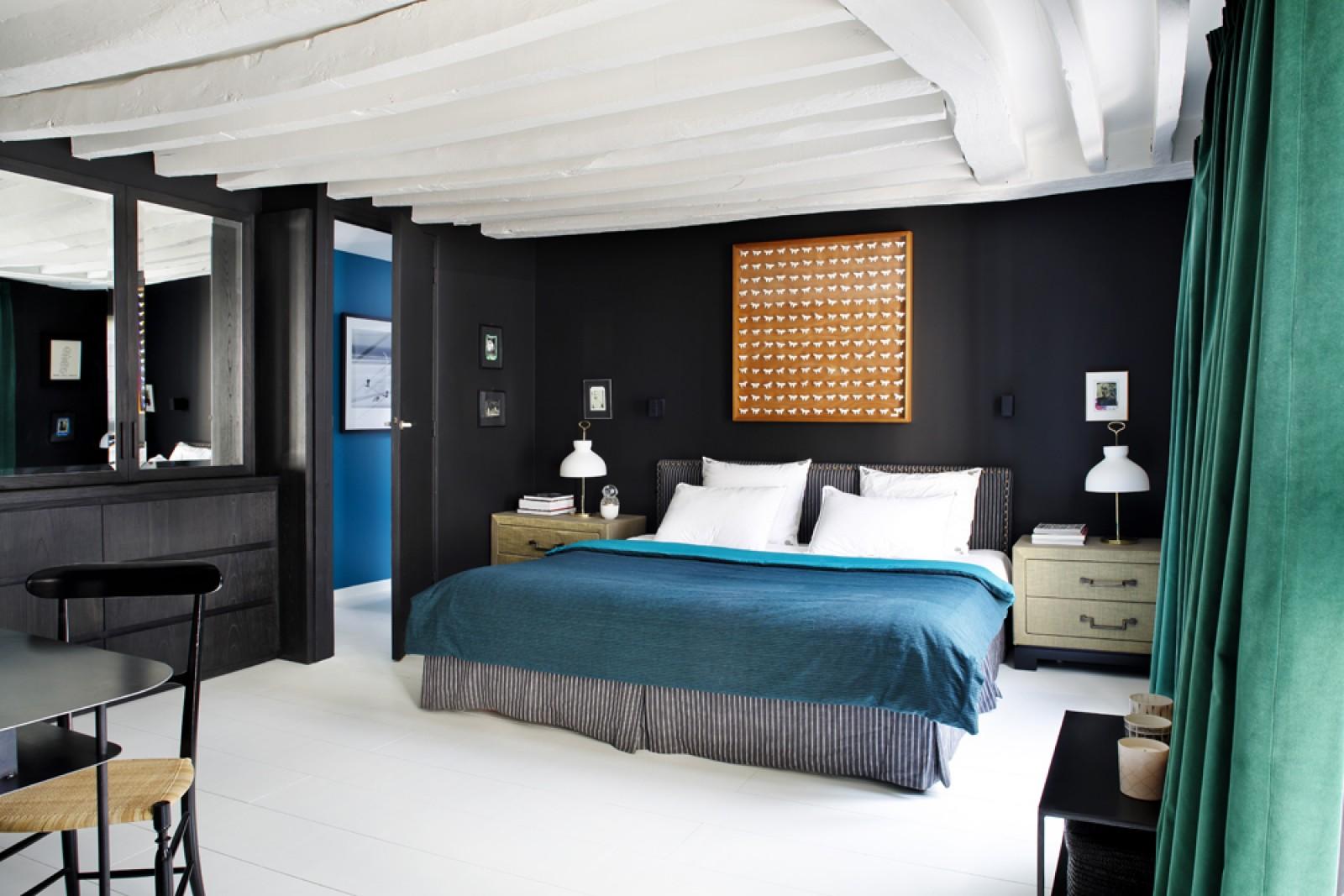 Duplex parisien avec des touches de bleu for Deco chambre avec poutre apparente