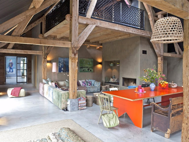 Exceptionnel Cheminee De Cuisine Photo #5: Ferme-renovee-loft-colore-poutres-apparentes-sol-beton-brut-mezzanine-cuisine-table-laquee-cheminee-canape-angle.jpg