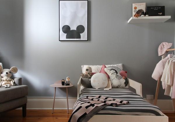 du rose et gris dans une chambre de petite fille. Black Bedroom Furniture Sets. Home Design Ideas