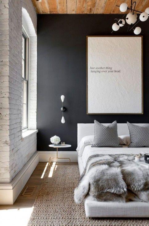 Lambris brut plafond bois mur briques blanches mur noir - Dessus de lit fourrure ...