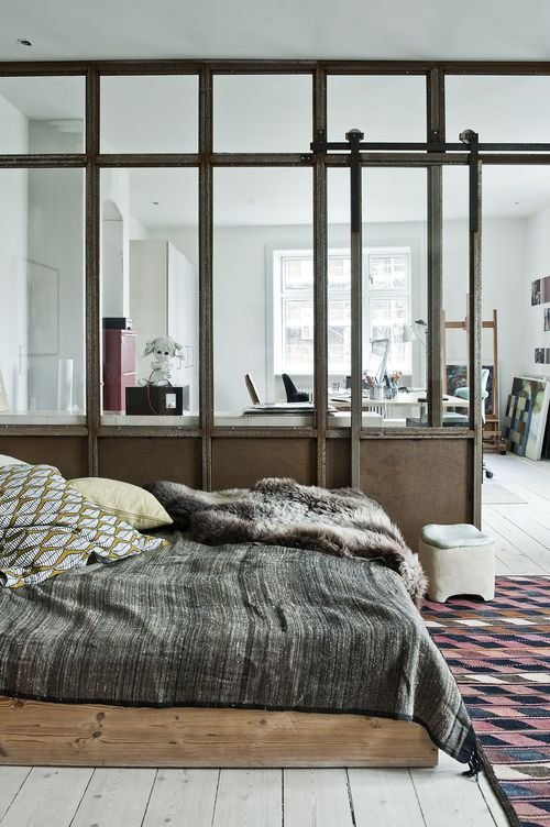 verriere-atelier-dans-une-chambre-tapis-ethnique-parquet-blanc